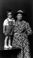 http://bernalespacio.com/files/gimgs/th-47_Mike Disfarmer Edna Verser Cothren and Grandson Jerry Cothren, from the Heber Springs Portraits 1943.jpg