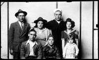 http://bernalespacio.com/files/gimgs/th-47_Mike Disfarmer Festus and Violet Pettus with Walter Pettus and wife Thelma (backrow), Wendell, Marion and Joann (front row) 1945.jpg