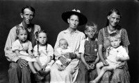 http://bernalespacio.com/files/gimgs/th-47_Mike Disfarmer George and Ethel Gage with his mother Ida (center) and children Loretta, Ida, Ivory, Jessie and Leon; From the Heber Springs Portraits c_1939-46.jpg