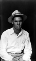 http://bernalespacio.com/files/gimgs/th-47_Mike Disfarmer Young Man in Hat and White Shirt, 1939-46.jpg