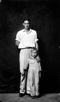 http://bernalespacio.com/files/gimgs/th-47_ike Disfamer Dean Crawford and Son, from the Heber Springs Portraits, 1939-46.jpg